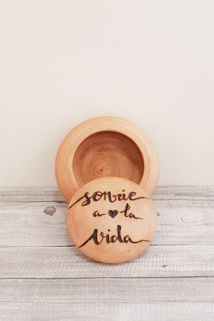 """Caja redonda de madera de tilo, pirograbada a mano con mensaje positivo que dice """"Sonría a la vida"""""""