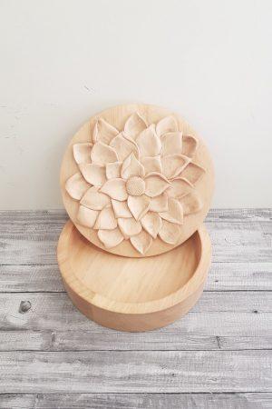caja tallada a mano con mucho volúmen es sus pétalos. Caja flor de loto, muy bella y delicada.