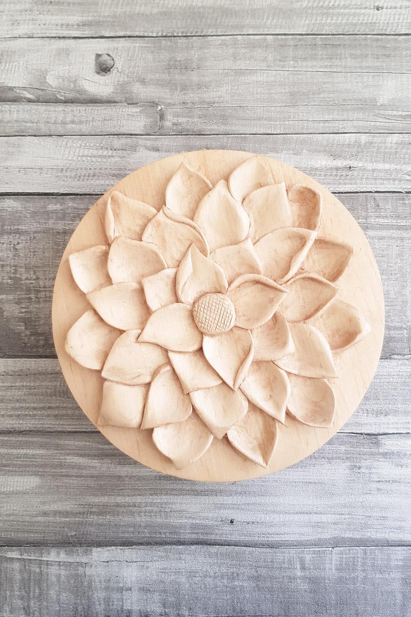 Caja de madera tallada imitando una flor de loto, tallada con mucho detalle y volúmenes.