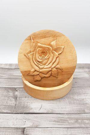 Caja de madera de abedul tallada a mano con forma de rosa, acabado natural.